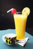 Um vidro do sumo de laranja Fotos de Stock Royalty Free