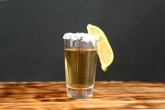 Um vidro do tequila com cal e sal imagens de stock