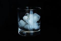 Um vidro do uísque com cubos de gelo Imagem de Stock Royalty Free