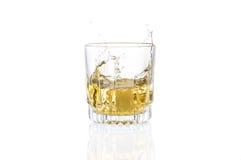 Um vidro do uísque e caído nele cubo de gelo Imagem de Stock
