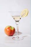 Um vidro do vinho branco com maçã e limão Fotos de Stock