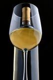Um vidro do vinho branco e da garrafa de vinho Foto de Stock Royalty Free