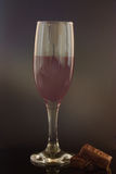 Um vidro do vinho com dois chocolates Fotos de Stock Royalty Free