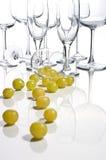 Um vidro do vinho contem centenas de bagas da uva Fotos de Stock Royalty Free