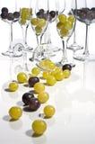 Um vidro do vinho contem centenas de bagas da uva Foto de Stock Royalty Free