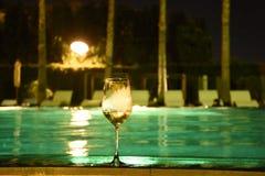 Um vidro do vinho na associação da nadada na noite, tem a técnica do ruído e o defocus imagens de stock royalty free