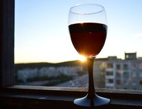 Um vidro do vinho no por do sol Fotos de Stock Royalty Free