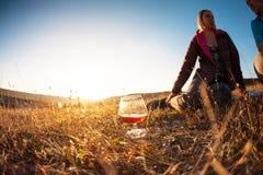 Um vidro do vinho no por do sol Fotografia de Stock Royalty Free
