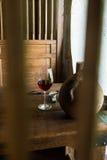 Um vidro do vinho vermelho em uma tabela de madeira fotografia de stock royalty free
