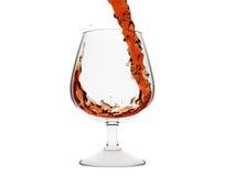 Um vidro isolado do conhaque com jorro de gripes do conhaque Ilustração Stock