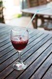 Um vidro meio cheio de vidro da sangria e do gelo. Fotografia de Stock Royalty Free
