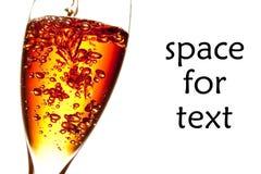 Um vidro que está sendo enchido do cocktail vermelho com o espaço para o texto imagens de stock