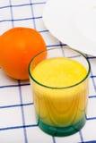Um vidro suco de laranja e fruto Imagem de Stock Royalty Free