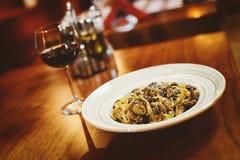 Um vinho fino & janta a culinária italiana fotos de stock royalty free