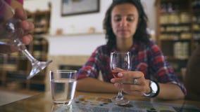 Um vinho tinto degustating da senhora bonita nova Álcool bonito elegante do gosto da mulher e apreciação de seus vocações video estoque