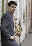 Homem lindo do vintage com uma raquete de tênis fotografia de stock
