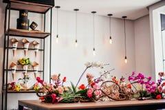 Um vitrine de um florista fotos de stock royalty free