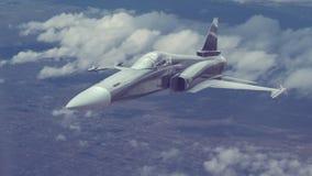 Um voo do avião de combate em uma alta altitude sobre a cidade grande ou a área povoada Imagem de Stock Royalty Free
