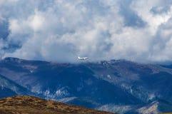 Um voo do avião de passageiros no vale Imagens de Stock