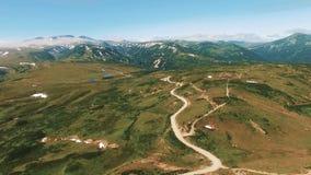 Um voou sobre o caro gorgnoy Um trajeto do enrolamento nas montanhas Estrada da montanha no russo filme