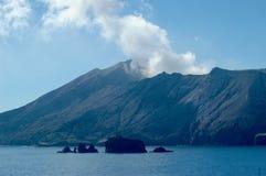 Um vulcão de fumo Fotografia de Stock Royalty Free