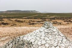 Um vulcão pequeno da lama foto de stock