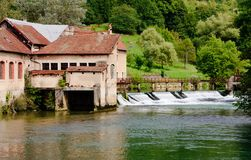Um Weir no rio Fotos de Stock
