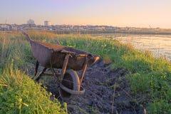 Um wheelbarrow oxidado Imagens de Stock