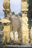 Um woodcarver que indica seu totem do urso Imagem de Stock