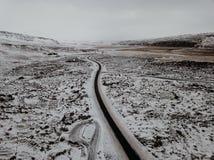 Um zangão disparou de uma estrada curvy em Islândia Imagens de Stock