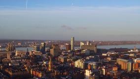 Um zangão disparou do centro de cidade de Liverpool no nascer do sol vídeos de arquivo