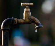 Uma água de desperdício gotejante da torneira Fotografia de Stock Royalty Free