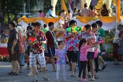 Uma água do jogo da família durante Songkran fotografia de stock royalty free