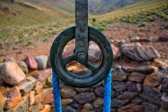 Uma água tradicional velha bem com corda e polia perto da vila pequena de Zaker, Ouarzazate, Marrocos do sul imagens de stock royalty free