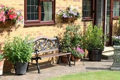 Uma área de assento inglesa do jardim traseiro imagem de stock