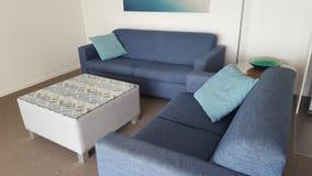 Uma área muito confortável da sala de estar em meu apartamento bonito em Alpha Sovereign Resort, surfistas Paradise, Queensland imagens de stock royalty free