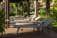 Uma área privada da sala de estar com cadeiras de praia em um recurso luxuoso perto de Cancun, México fotos de stock royalty free