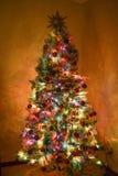 Uma árvore de Natal brilhantemente iluminada fotos de stock