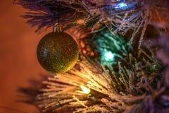 Uma árvore de Natal brilhantemente iluminada fotos de stock royalty free