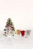 Uma árvore de Natal de prata com decorações coloridas Foto de Stock