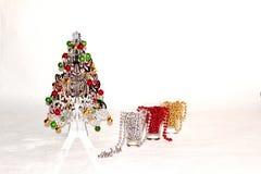 Uma árvore de Natal de prata com decorações coloridas Fotos de Stock Royalty Free