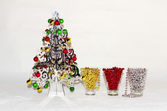 Uma árvore de Natal de prata com decorações coloridas Fotos de Stock