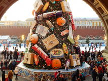 Uma árvore de Natal no quadrado vermelho perto do armazém do estado em Moscou Fotografia de Stock