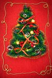 Uma árvore de Natal pequena do ouropel, das porcas, das fitas e dos ornamento Presente para uma árvore de Natal, um relógio do vi foto de stock