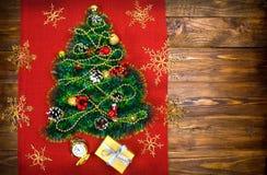 Uma árvore de Natal pequena do ouropel, das porcas, das fitas e dos ornamento Presente para uma árvore de Natal, um relógio do vi fotografia de stock
