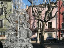Uma árvore do nativo estilizou com os grandes bals brancos na frente das construções coloridas a Sète no sul de França imagem de stock