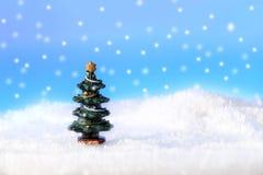 Uma árvore na neve Imagens de Stock Royalty Free