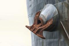 Uma âncora rutsy enorme do ` s do navio foto de stock royalty free