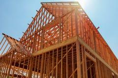 Uma única casa familiar sob a construção A casa foi moldada e coberta na madeira compensada Imagens de Stock