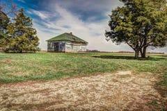Uma única casa velha abandonada da exploração agrícola da família Fotografia de Stock